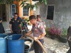Kegiatan berikan bantuan air bersih oleh Melayu Raya bersama Anggota Polres Tanjungpinang di Kampung Bugis