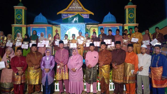 Wali Kota dan Wakil Walikota Tanjungpinang saat photo bersama Qori-Qori'ah yang meraih prestasi di MTQ Kecamatan Tanjungpinang Timur ke-XIII tahun 2019