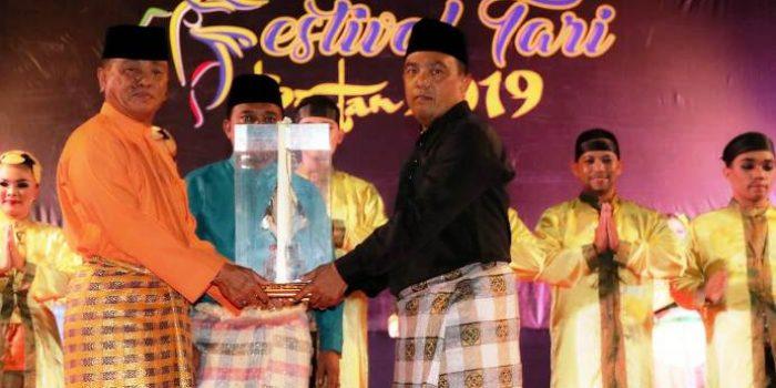 Wakil Bupati Bintan, Dalmasri Saat Menyerahkan Piala Kepada Perwakilan Sanggar Tuah Pusaka. Foto Humas Bintan