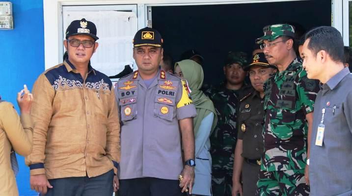 Bupati Bintan, Apri Sujadi Bersama FKPD Saat Meninjau Salah Satu TPS