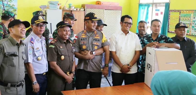 Bupati Bintan, Apri Sujadi Bersama Rombongan Saat Meninjau Salah Satu TPS