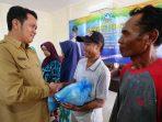 Bupati Bintan, Apri Sujadi Saat Menyerahkan Bantuan