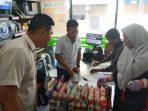 Disdagin Kota Tanjungpinang Saat Cek Produk Kemasan di Salah Satu Mini Market