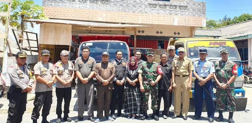 Foto Bersama Usai Meninjau Persiapan Pendistribusian Logistik Pemilu
