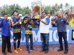 Gubernur Kepri, Nurdin Basirun Saat Menyerahkan Piala