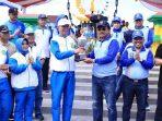 Gubernur Kepri, Nurdin Basirun Saat Menyerahkan Piala Kepada Walikota Tanjungpinang, Syahrul