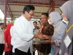 Gubernur Kepri, Nurdin Basirun Saat Menyerahkan Sertifikat Tanah
