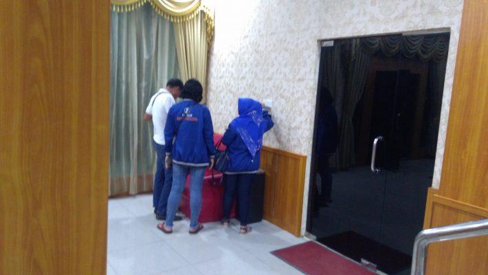Tampak kader Partai Nasdem yang diduga ditinggal oleh BJ saat hendak pulang ke Tanjungpinang di Pelabuhan Provinsi Kepri Telaga Punggur