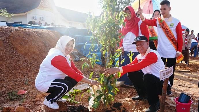 Syahrul dan Rahma Saat Menanam Bibit Pohon