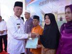 Walikota Tanjungpinang, Syahrul Saat Menyerahkan Sertifikat Tanah