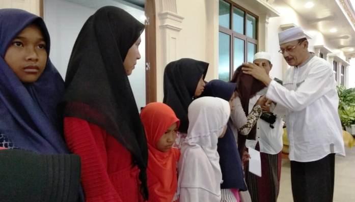 Bupati Natuna, H. Abdul Hamid Rizal Saat Memberikan Santunan Kepada Anak Yatim