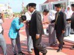 Gubernur Kepri, Nurdin Basirun Bersama Wagub Kepri, Isdianto Saat Menyalami Pelajar Usai Upacara Hardiknas