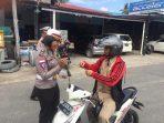 Salah satu anggota Satlantas Polres Bintan saat memberikan brosur pentingnya keselamatan berkendara