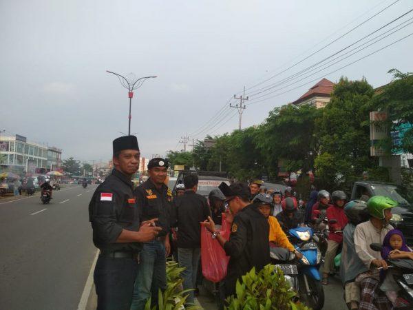 Gagak-Hitam Sambang Tanjungpinang saat bagi-bagi Takjil Ramadhan di Simpang 3 Gerbang Bintan Centre Tanjungpinang