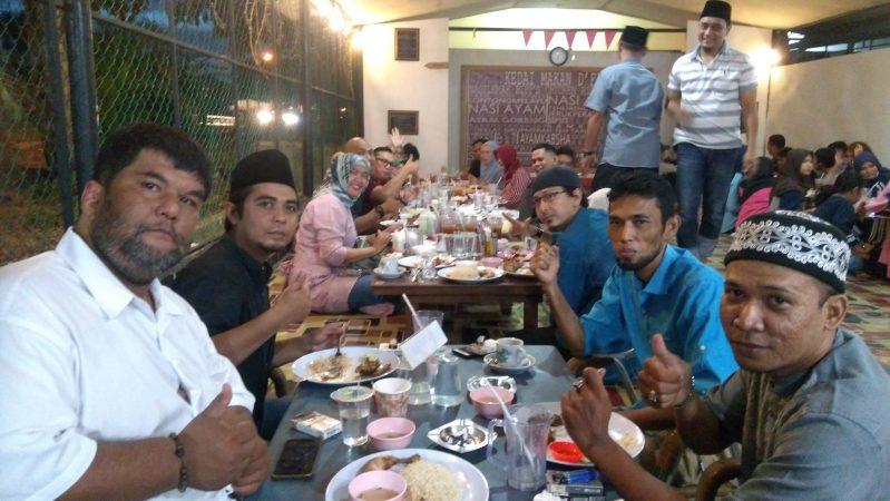 Keluarga Besar Alumni SMA Negeri 4 Tanjungpinang (Kerabat) saat buka puasa bersama di Kedai Makan D'Faz