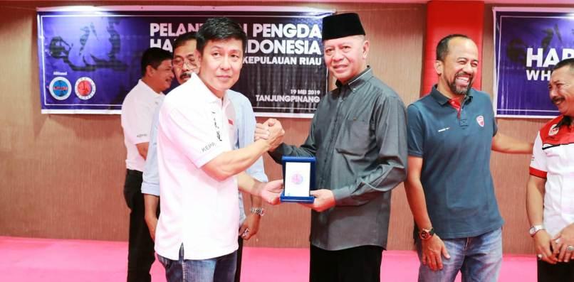Pieter Saat Menyerahkan Cinderamata ke Walikota Tanjungpinang
