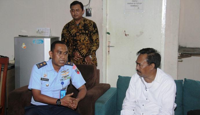 Salah Satu Anggota Komisi I DPRD Kepri Saat Berbincang