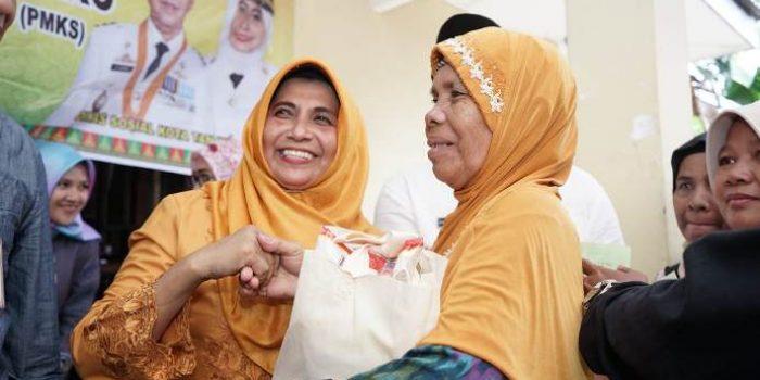 Wakil Walikota Tanjungpinang, Rahma Saat Menyerahkan Sembako Gratis