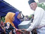 Walikota Tanjungpinang, Syahrul Saat Menyerahkan Paket ke Salah Satu Warga