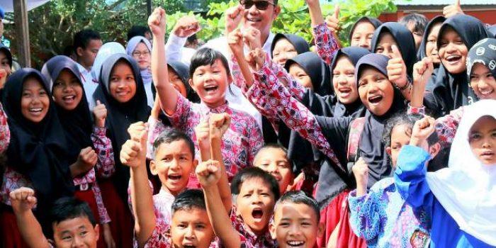 Bupati Bintan, Apri Sujadi Saat Foto Bersama Puluhan Pelajar