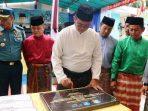 Bupati Bintan, Apri Sujadi Saat Menandatangani Prasasti Peresmian Salah Satu Proyek di Tambelan