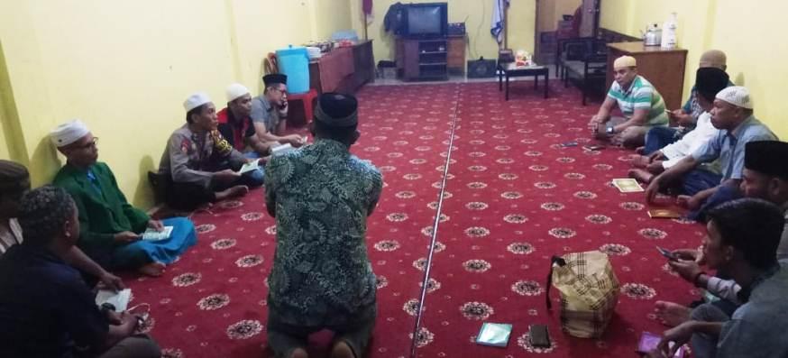 DPC AJO Indonesia Natuna Bersama Kasat Reskrim Polres Natuna AKP Hendrianto, Kasat Sabhara Polres Natuna AKP Rudi Parsetyo dan tokoh agama saat pembacaan surat yasin