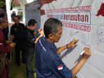 Ketua PWI Tanjungpinang-Bintan, Zakmi saat tandatangan deklarasi damai