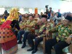 Ketua Permabudhi Provinsi Kepri, Hengky Suryawan didampingi Wali Kota Tanjungpinang, Syahrul S.Pd saat menerima sirih tari persembahan
