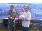 Danlanud Rsa, Kolonel (Pnb) Fairlyanto Saat Menyerahkan Sembako Kepada Masyarakat