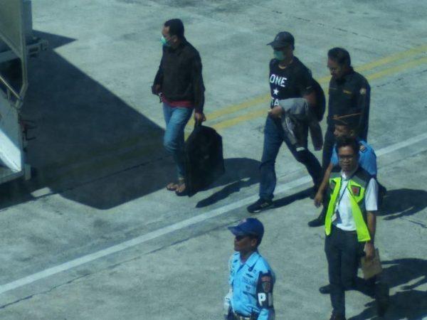 Tampak Gubernur Kepri Nurdin Basirun tertunduk lemas sambil berjalan menuju pesawat Lion Air 0621 di Bandara RHF Tanjungpinang