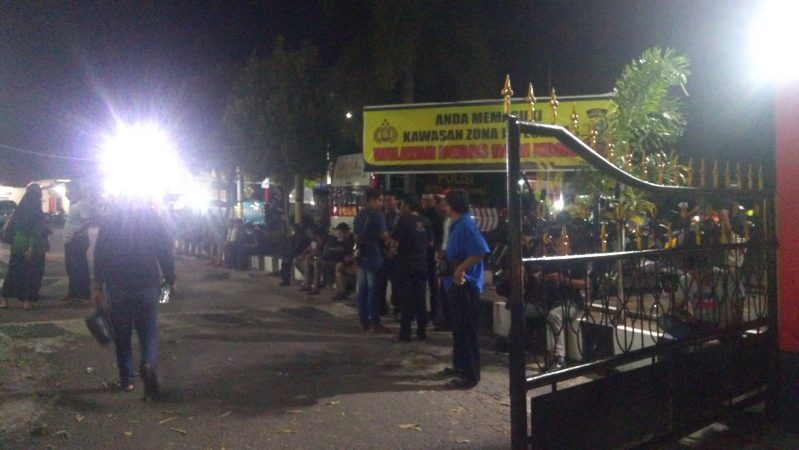 Tampak awak media sedang menunggu informasi valid dari informasi OTT oleh KPK di Polres Tanjungpinang