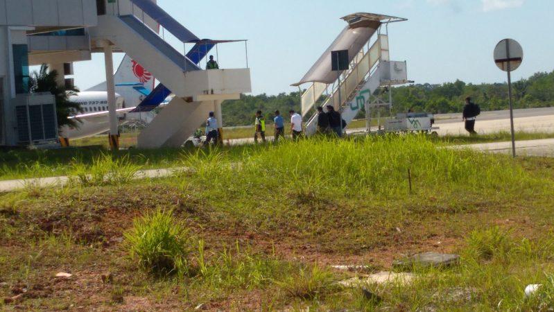 Tampak Gubernur Kepri Nurdin Basirun saat diapit oleh beberapa orang menuju Pesawat Lion Air GT 0621 tujuan Jakarta
