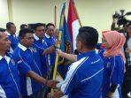 Ketua PWI Cabang Kepri, Chandra Ibrahim saat menyerahkan bendera Pataka PWI kepada Ketua PWI Persiapan Kabupaten Lingga, Jhoni
