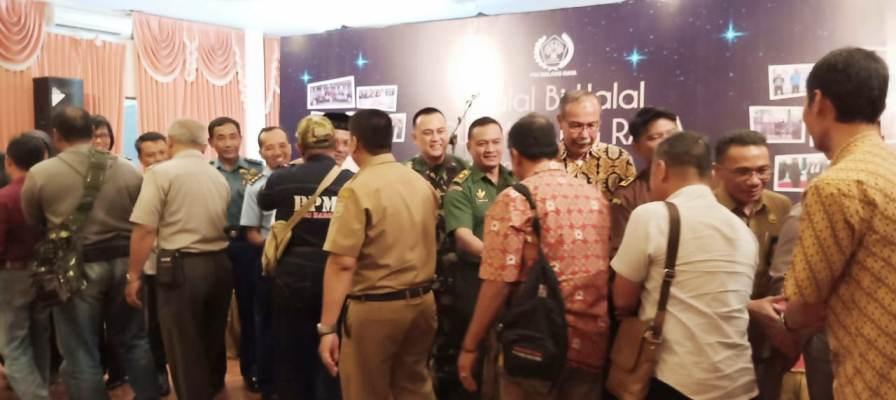 Saling Bersalaman Diacara Halal Bihalal PWI Malang Raya. Foto Istimewa