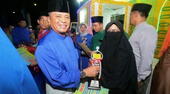Wabup Bintan Dalmasri Syam Saat Menyerahkan Piala