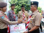 Wakil Bupati Bintan, Dalmasri Syam Saat Menyerahkan SIM C Gratis Secara Simbolis
