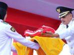 Bupati Natuna, Abdul Hamid Rizal Saat Menyerahkan Bendera Kepada Pembawa Baki