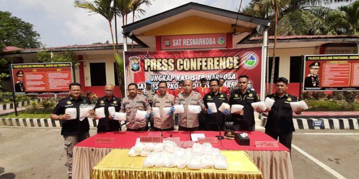 Diresnarkoba Polda Kepri, Kabid Humas Polda Kepri, Kapolresta Barelang dan Kasatresnarkoba Polresta Barelang menunjukkan barang bukti narkoba jenis sabu-sabu. Foto Tengku Bayu