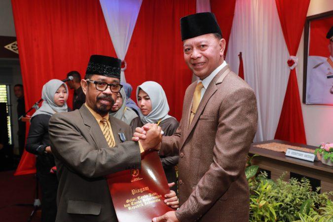 Walikota Tanjungpinang, H Syahrul S.Pd saat memberikan Satyalancana Karya Satya kepada salah satu ASN, Wan Samsi