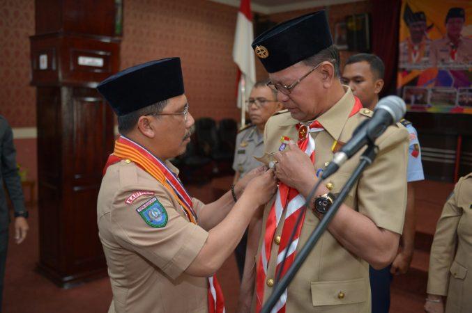 Ketua Kwartir Daerah Gerakan Pramuka Kepulauan Riau Tengku Said Arif Fadillah saat menyematkan lencana kepada Walikota Tanjungpinang, Kak H Syahrul S.Pd