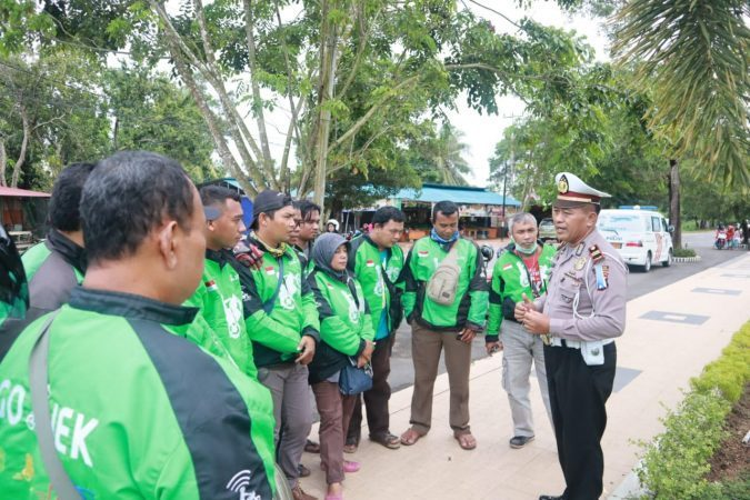 Kanit Dikyasa Satlantas Polres Tanjungpinang, Ipda Sarbini saat memberikan pemahaman bahaya karhutla kepada pengemudi ojek online