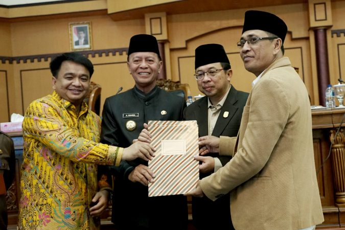 Walikota Tanjungpinang, H Syahrul S.Pd bersama unsur pimpinan DPRD Kota Tanjungpinang usai penandatanganan kesepakatan KUA-PPAS APBDP tahun 2019