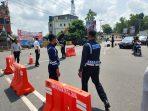 Anggota Dishub Kota Tanjungpinang saat menggelar rekayasa lalu lintas di simpang tiga jalan menuju Dompak