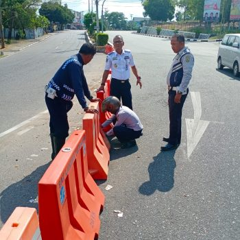 Kabid Lalulintas Jalan Dishub Kota Tanjungpinang, Teguh Susanto saat mengatur rekayasa lalu lintas di simpang tiga jalan menuju Dompak