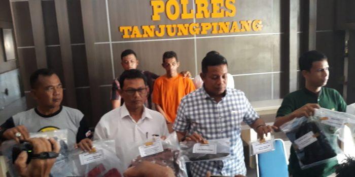 Kasat Reskrim Polres Tanjungpinang, AKP Efendri Alie saat ekspos kasus dugaan pemerkosaan di Mako Polres Tanjungpinang