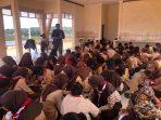 Ketua PWI Tanjungpinang-Bintan, Zakmi saat memberikan materi Jurnalistik kepada Pramuka Kwarcab Bintan