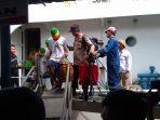 Kapolsek Tambelan, Ipda Alson saat menggiring keempat pelaku saat tiba di pelabuhan Sri Bintan Pura (SBP) Tanjungpinang