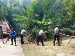 Kepolisian Bersama Damkar dan Masyarakat Saat Menarik Selang Air