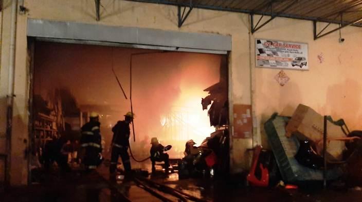 Petugas Damkar Saat Memadamkan Api. Foto Tengku Bayu