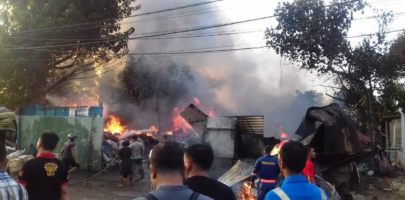 Petugas Saat Memadamkan Api di Gudang Besi Tua. Foto JIHAN